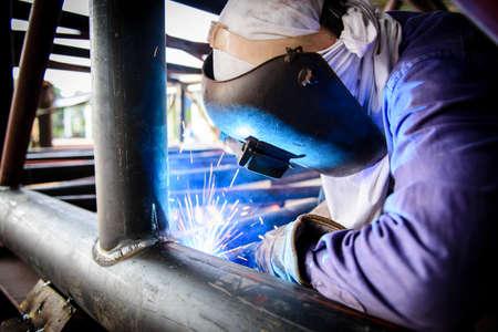 Photo pour Welding steel structure - image libre de droit