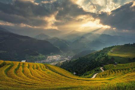 Photo pour Green Rice fields on Terraced in Muchangchai, Vietnam Rice fields prepare the harvest at Northwest Vietnam.Vietnam landscapes. - image libre de droit
