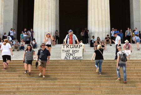 Foto für Washington, DC - June 01, 2018: Gale McCray, a 75 year old retiree from Fort Worth, TX who calls himself Old Man With a Sign made a sign that says, TRUMP THAT BOY DON'T ACT RIGHT. Gale holds a sign near near the Lincoln Memorial in DC. - Lizenzfreies Bild