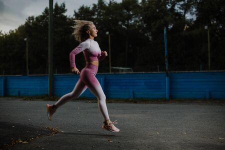 Foto de Beautiful girl on a run in the early morning. - Imagen libre de derechos