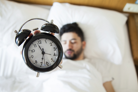 Photo pour Young man finding it difficult to wake up in the morning - image libre de droit