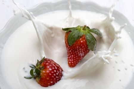 Erdbeere fÀllt in Milch, Strawberry falling into milk