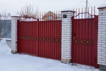 Photo pour red metal gate - image libre de droit