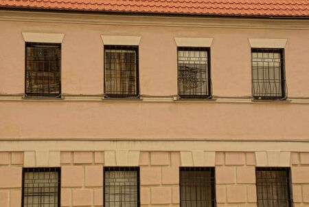 Photo pour texture of a row of old windows with iron bars on the brown concrete wall of the building - image libre de droit