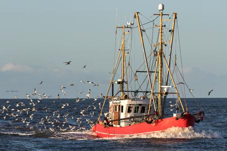 Photo pour fishing vessel at sea - image libre de droit