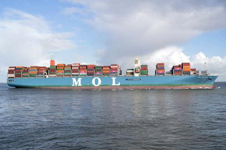 Photo pour MOL TRADITION on the river Elbe. MOL (Mitsui O.S.K. Lines, Ltd.) is a Japanese transport company headquartered in Toranomon, Minato, Tokyo, Japan. - image libre de droit