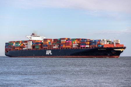 Photo pour container ship APL CHONGQING on the river Elbe - image libre de droit