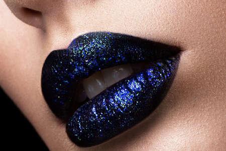 Photo pour Brilliant glossy lips closeup. Purple glitter on black lipstick. - image libre de droit