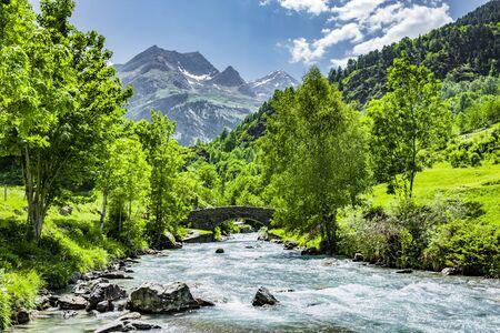 Photo pour Bridge over the Gave de Gavarnie, French Pyrenees - image libre de droit
