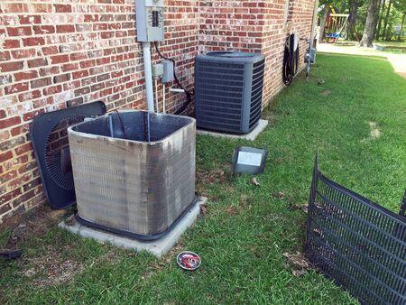 Photo pour Home maintenance, cleaning air conditioner condenser coils for the compressor unit. - image libre de droit