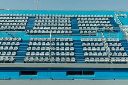 Photo pour Tennis stadium without people. dayscene - image libre de droit