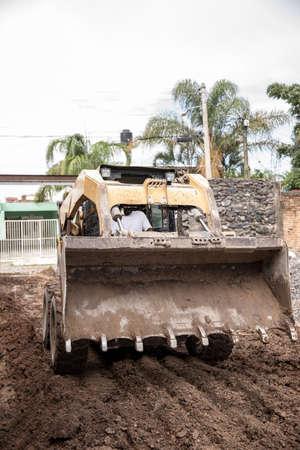 Photo pour Yellow excavator machine working on during a construction. - image libre de droit