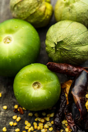 Photo pour Texture detail of a green tomatos in a wood table - image libre de droit