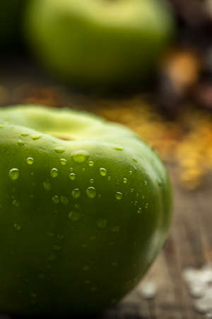 Photo pour Texture detail of a green tomatos and red chilli peppers in a wood table - image libre de droit
