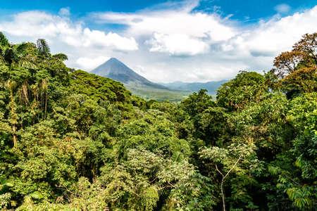 Photo pour Volcano of Arenal in Costa Rica close to La Fortuna - image libre de droit