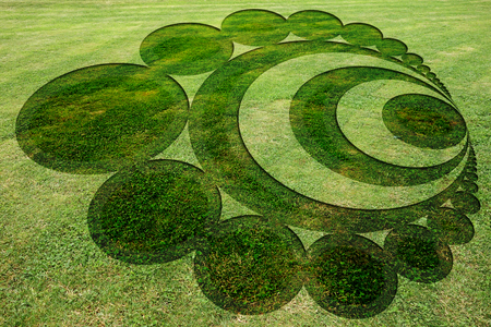 Photo pour Concentric circles symbols fake crop circle in the meadow - image libre de droit