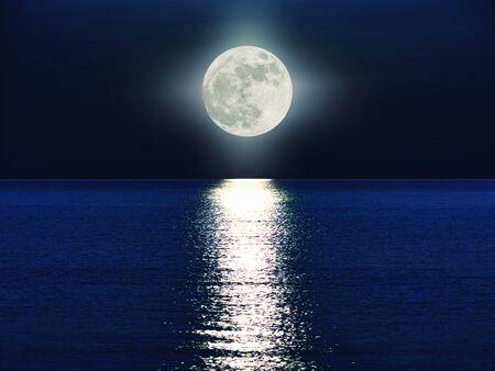 Photo pour full moon over the sea - image libre de droit