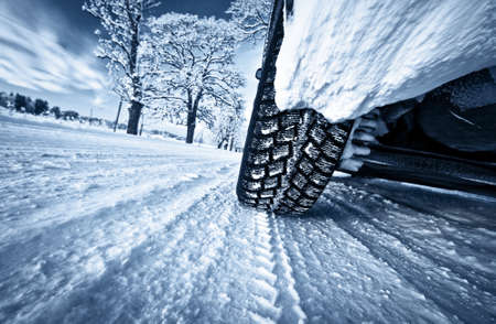 Photo pour Car tires on winter road - image libre de droit