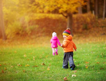 Photo pour children throwing leaves in beautiful autumnal day - image libre de droit