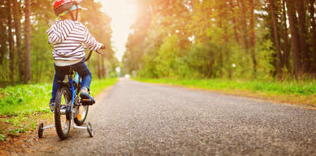 Foto de a child on a bicycle in helmet - Imagen libre de derechos