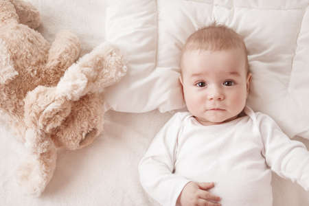 Photo pour seven month old baby in the bed - image libre de droit