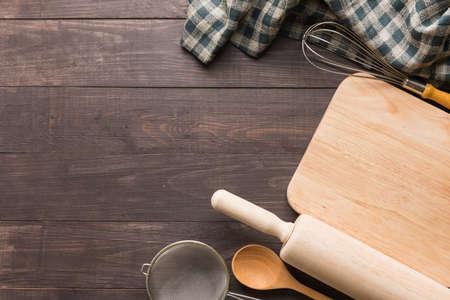 Photo pour Wooden kitchen tools and napkin on the wooden background. - image libre de droit