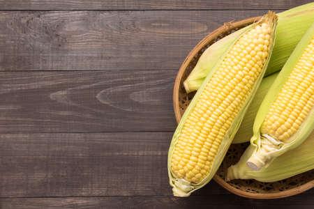Foto für Fresh organic yellow sweet corn on wooden table. Top view. - Lizenzfreies Bild