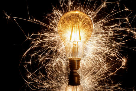 Photo pour Spinning light bulb making attractive design in the night - image libre de droit