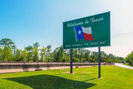 Photo pour Welcome to Texas Sign in Orange, TX, USA near the state border with Louisiana - image libre de droit