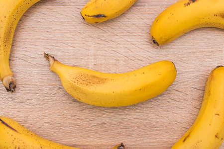 Photo pour background of natural bananas on wood - image libre de droit