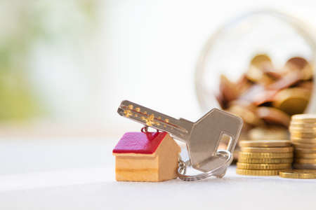 Photo pour keys with house and money, house purchase concept - image libre de droit