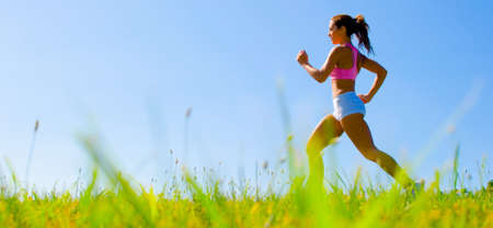 Photo pour Athletic woman working out in a meadow, from a complete series of photos. - image libre de droit