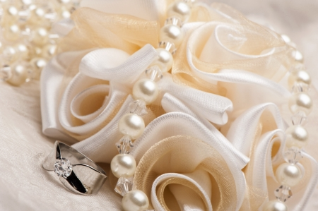 Foto de wedding favors and wedding ring on on colored background - Imagen libre de derechos