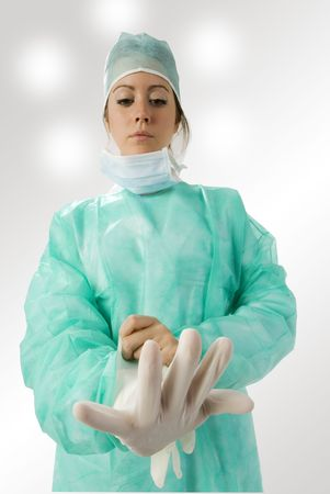 an assistent putting on her gloves before the operation