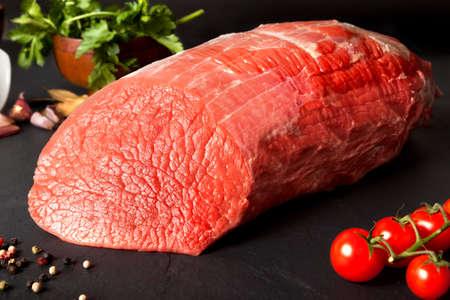 Photo pour Still life raw beef round over black ground - image libre de droit