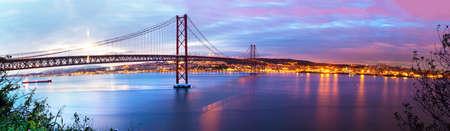Foto de Panoramic photograph of the 25 de Abril bridge in the city of Lisbon over the Tajo River.Lisbon landscape at sunset - Imagen libre de derechos
