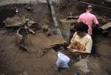 BRASIL( AMAZONAS ).  Estado de  Pará. ISLA DE MARAJO Campaña Arqueologica. CULTURA MARAJOARA ( Siglo V-  XIV ). Excavando urnas funerarias.BRAZIL (Amazonas). State Pará. Marajó Island - archaeological campaigns. MARAJOARA CULTURE  (5 th - 14 TH century ).