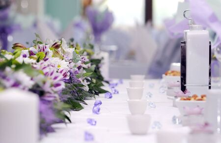 Foto de catering arrangement of wedding table.violet color - Imagen libre de derechos