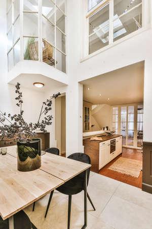 Foto de Bright dining room with decorative table and chairs - Imagen libre de derechos