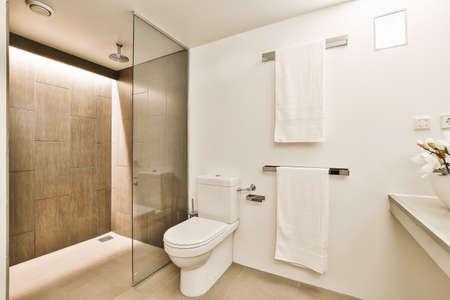 Foto de Luxury interior design of a bathroom with marble walls - Imagen libre de derechos