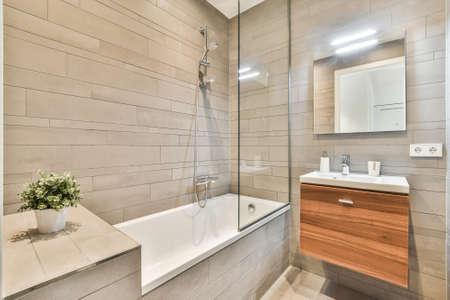 Photo pour Luxury interior design of a bathroom with marble walls - image libre de droit