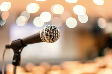 Photo pour Microphone in meeting room for a conference. - image libre de droit