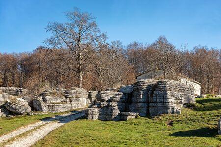 Photo pour Limestone Monoliths. Unusual karst erosion formations in the Regional Natural Park of Lessinia (Valle delle Sfingi), Veneto, Verona, Italy, Europe - image libre de droit