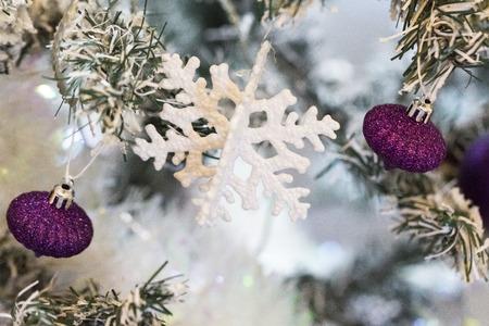 Photo pour Close up shot of a christmas tree with beautiful decoration. Colorful purple balls decoration hanging on a christmas tree. with snow - image libre de droit