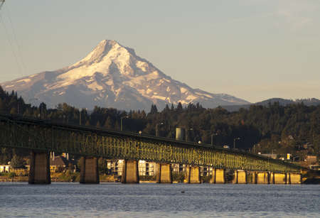 Photo pour The draw bridge across the Columbia River to Hood River Oregon in the Shadow of Mt Hood - image libre de droit