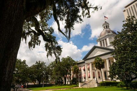 Photo pour Security Barriers Protect The State Capital Building in Tallahassee Florida - image libre de droit