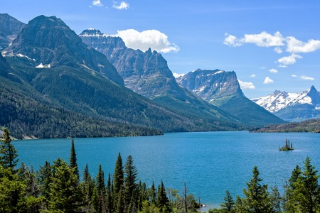 Photo pour Wild Goose Island in Glacier National Park with Mountain Peaks in the Background - image libre de droit