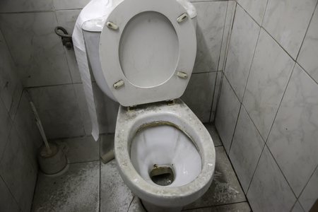 Photo pour Toilet dirty and full of dust, unhygienic room, abandonment - image libre de droit