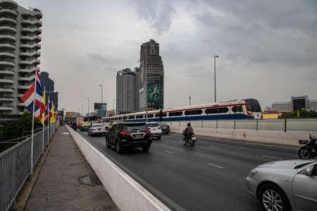 Foto per BTS Train on Taksin Bridge (Sathon Bridge) near Saphan Taksin BTS station, Bangkok, Thailand - Immagine Royalty Free