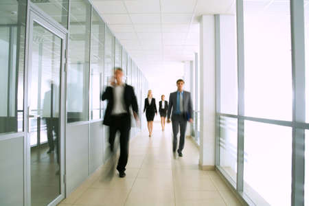 Foto de Business people walking in the office corridor - Imagen libre de derechos